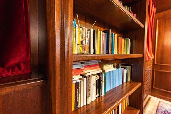 gandossi-arredamenti-portfolio-mobili-su-misura-sala-da-te-legno-noce-galleria-4