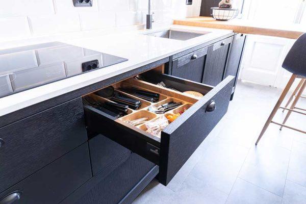 4-gandossi-arredamenti-portfolio-progetto-cucina-legno-scuro-galleria-7