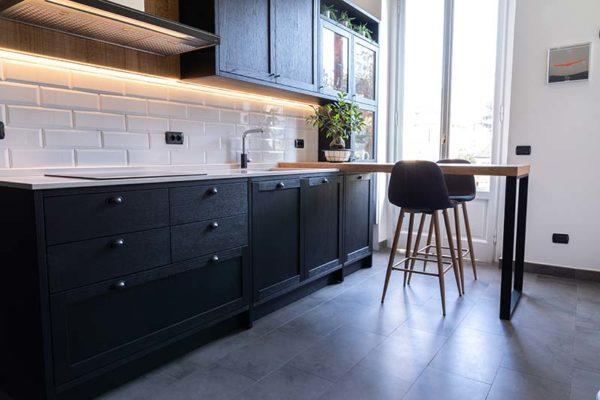 6-gandossi-arredamenti-portfolio-progetto-cucina-legno-scuro-galleria-4