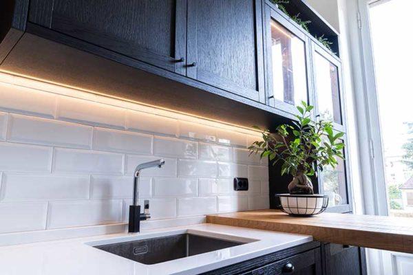 7-gandossi-arredamenti-portfolio-progetto-cucina-legno-scuro-galleria-1