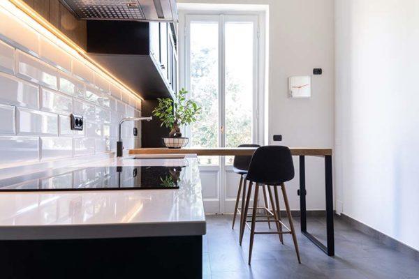 8-gandossi-arredamenti-portfolio-progetto-cucina-legno-scuro-galleria-3